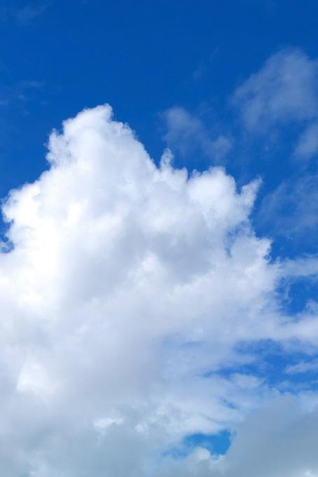 瑠璃紺の空に広がる雲