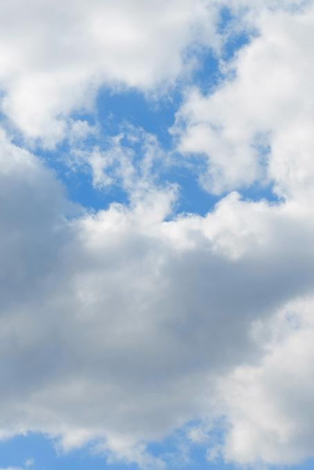 青空を覆う大きな雲
