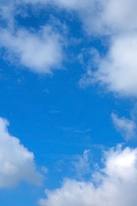 千切れる雲が広がる青空