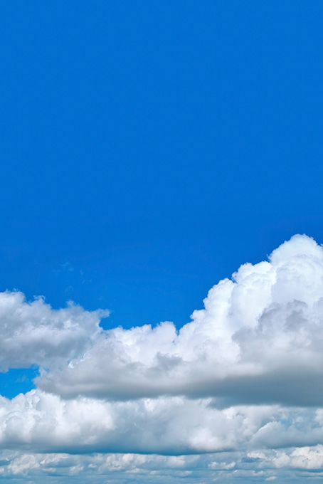 絵具を塗った様な青空と雲の写真