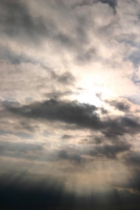 後光が差す神々しい空の写真