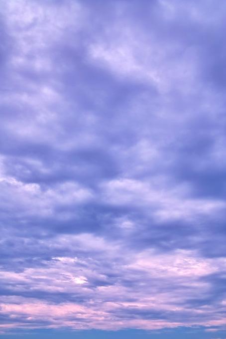 薄紫色に染まる神秘的な夕焼けの写真