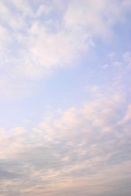 淡い虹色に染まる夕焼けの写真