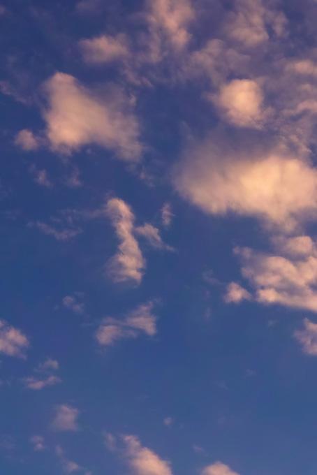 深縹の空に輝く美しい瑞雲の写真