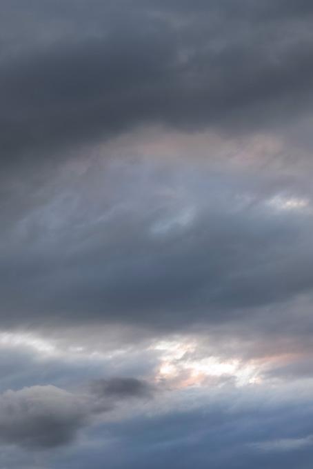 光が溢れる灰色の空の写真