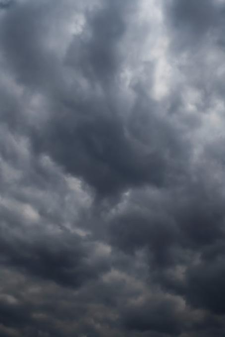 空一杯に黒雲が垂れ込めるの写真