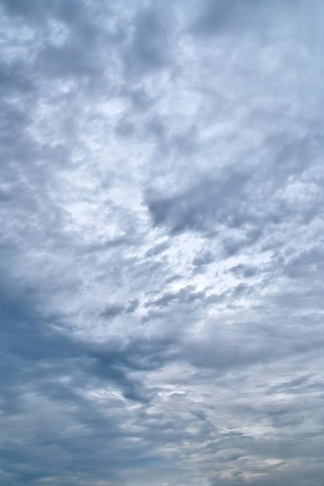 灰色の薄雲が覆う空の写真