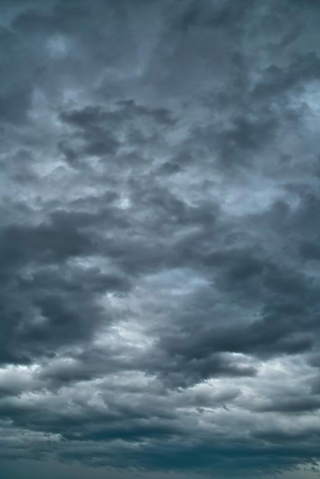 黒い雲が空一面を覆うの写真