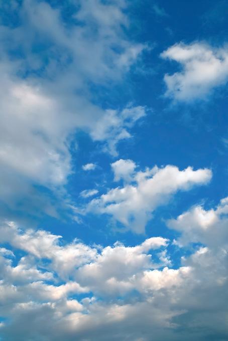 雲が流れる雄大な青空