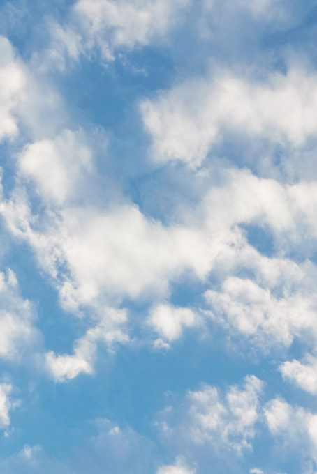 白雲がぼやけて滲む青空