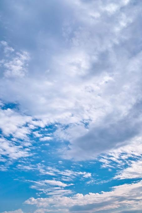 青空に雲が果てしなく広がる