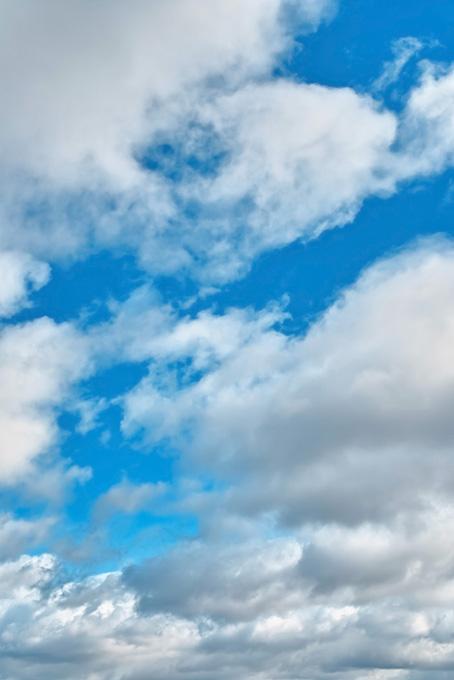 鮮やかな青空を群雲が覆う