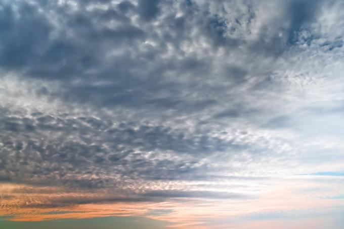 光る鱗の様な雲が被さる夕焼け