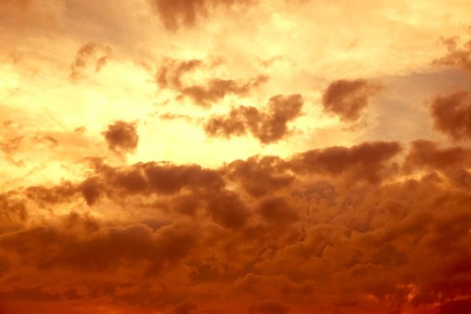雲を照らす荘厳な夕焼け