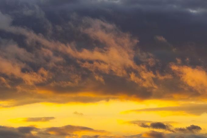 黒雲と黄金色に輝く夕焼けの空(夕焼け フリーの画像)