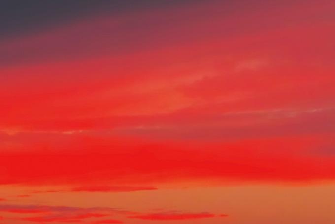 鮮彩な赤い染物のような夕焼け