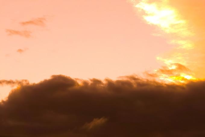 夕焼けを壁の様に遮る黒雲