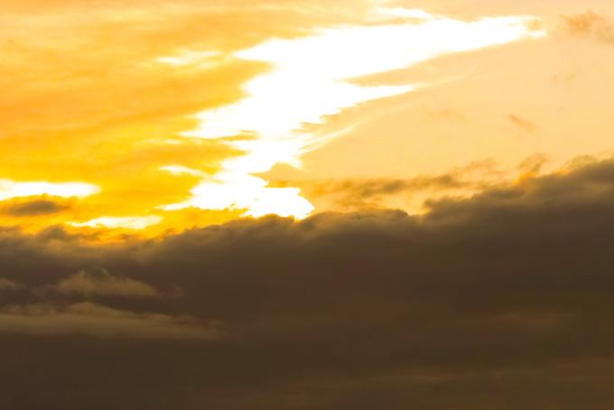 夕焼け空と黒壁のような雲