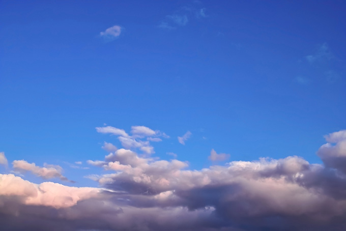 夕焼けが始まる幻想的な青空