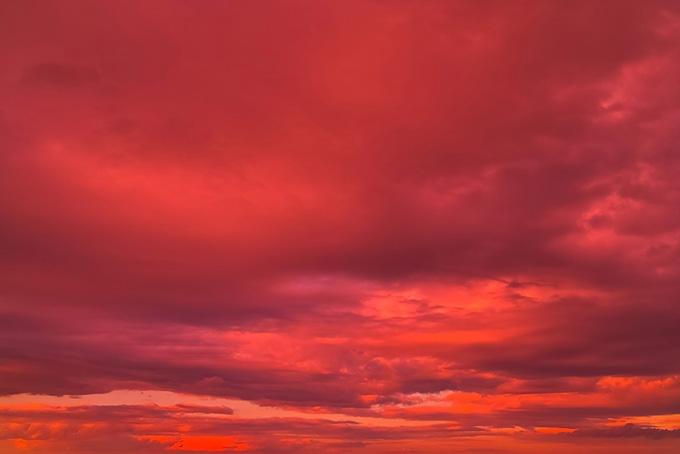 空を紅に染め上げる鮮彩な夕焼け