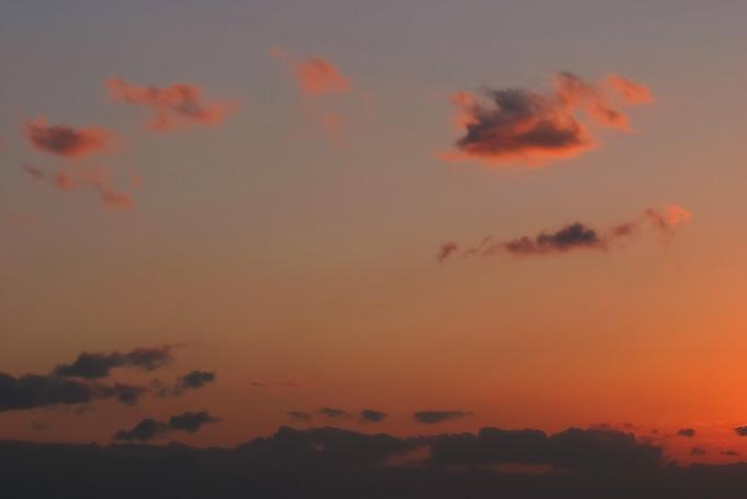焦げた茜雲が漂う明澄な夕焼け