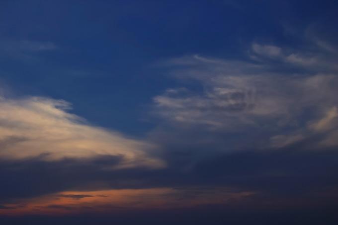 日が落ちた暗い夕焼けの空