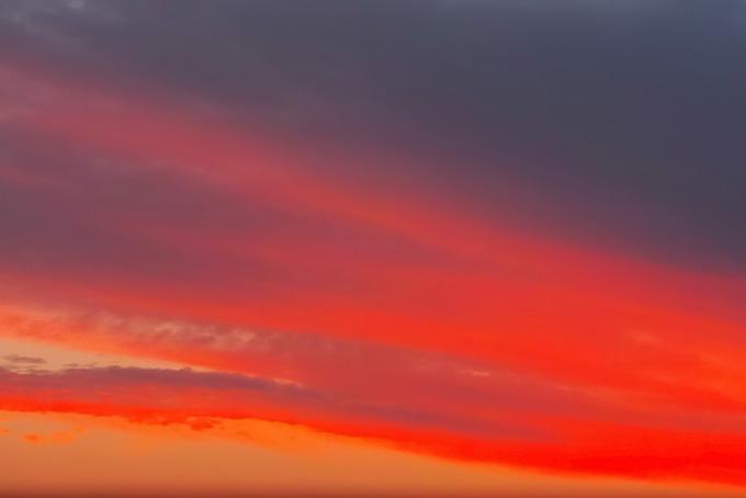 赤い帯が広がる綺麗な夕焼け