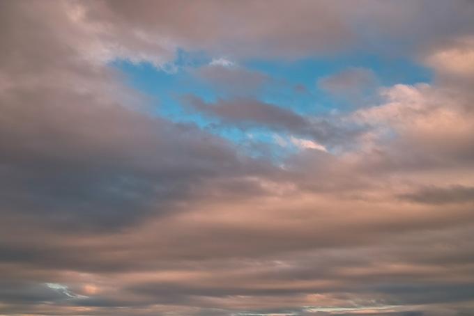 色づく雲の隙間の青空