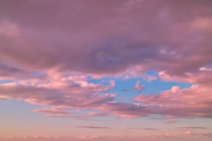 瑞雲が覆う青空が残る夕焼け