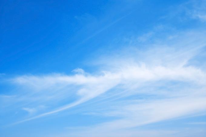 青空に絵筆の跡ような白雲(青空 雲のフリー写真)