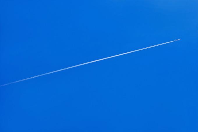 白雲が漂う爽やかな青空の写真、太陽と夏の青空の背景、透明感のある綺麗な青空の画像など、高画質&高解像度の写真素材を無料でダウンロード