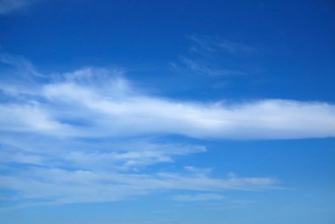 青空に白絵具が滲むような雲