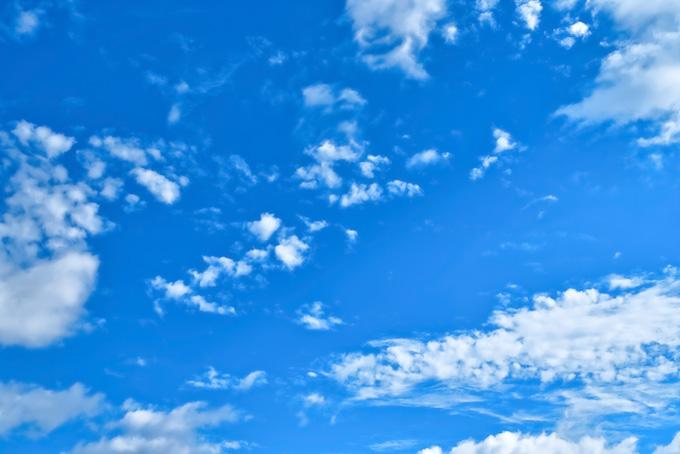 壮観な青空に浮かぶ様々な雲