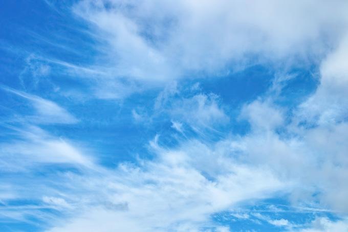 青空に筋を描く白い雲