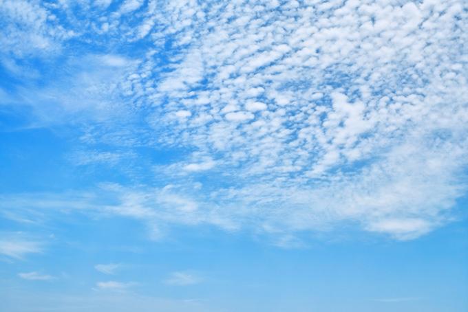 青空高く浮かぶ白い羊雲