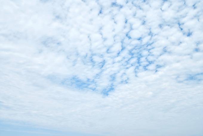 空一杯の羊雲から少し覗く青空