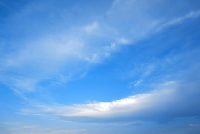 澄んだ青空に溶ける大きな雲