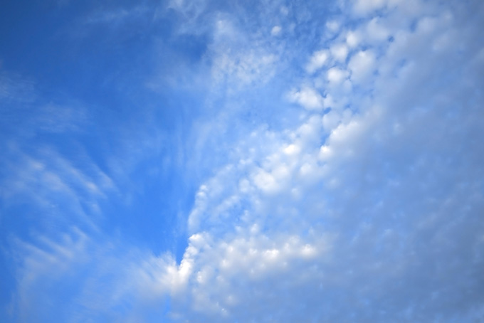青空を割る雲の群れ