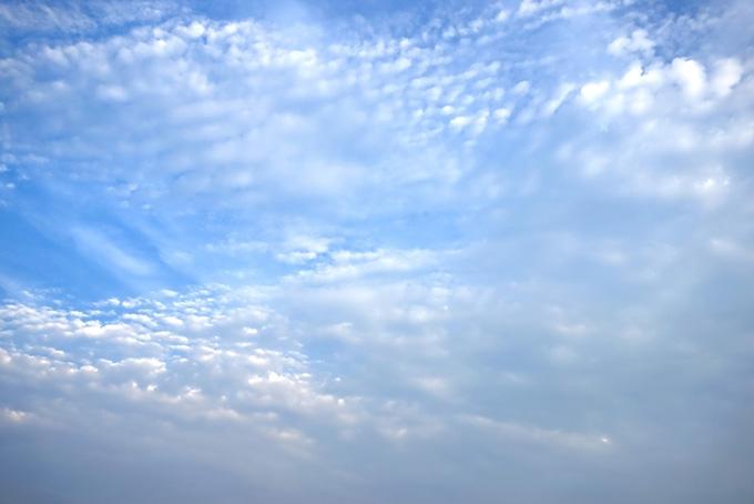 無数の羊雲が覆い尽くす青空