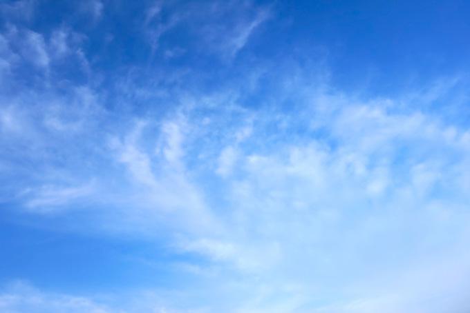 青空に立ち込める白い巻雲