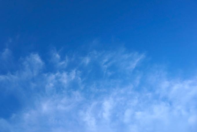 青空に湧く斑のある薄い雲