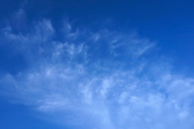 黒い青空に湧き上る雲