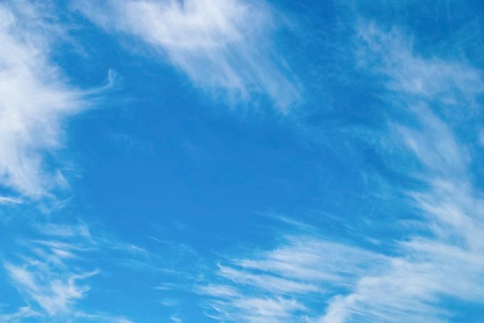 毛状巻雲が散らばる青空