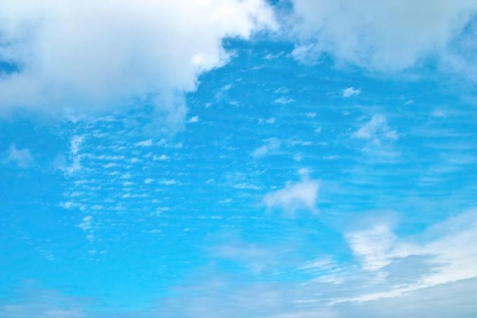 透明感のある青空と雲
