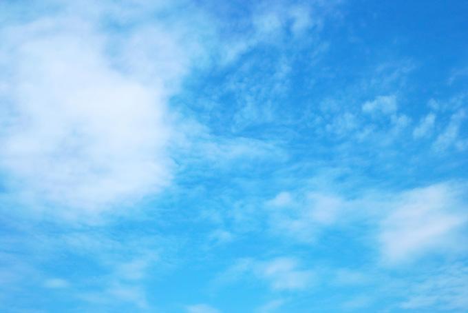 明るい青空に透ける薄い雲