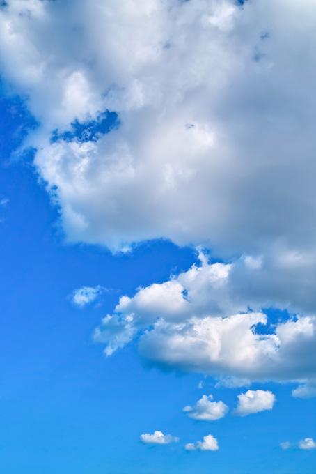 積雲が漂う清明な青空