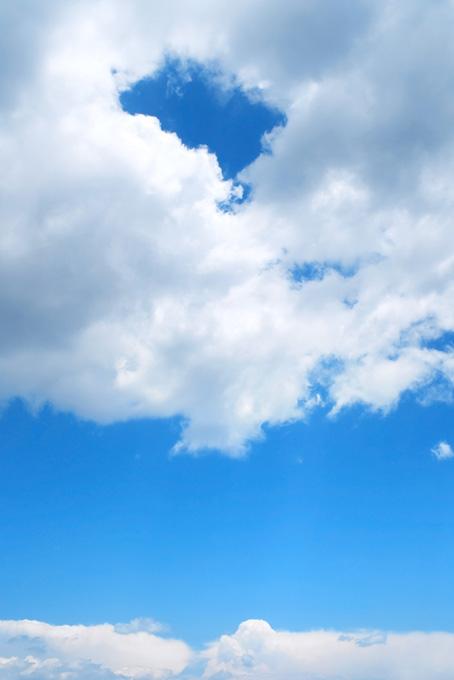 青空に浮かぶ穴の空いた雲