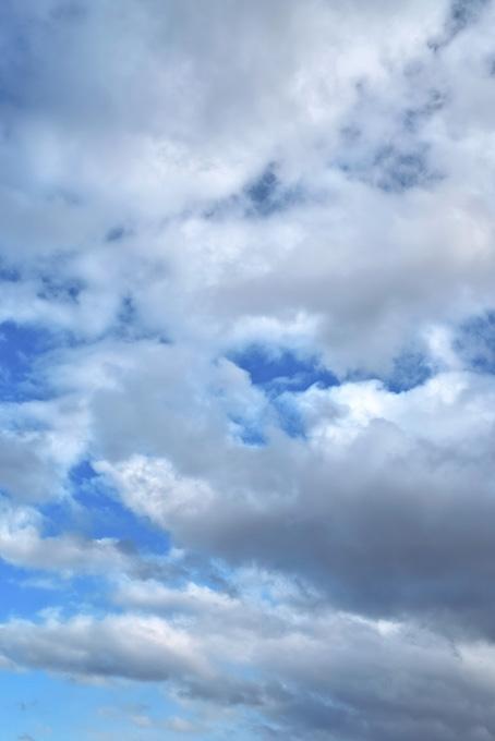 厚い雲が重なる青空