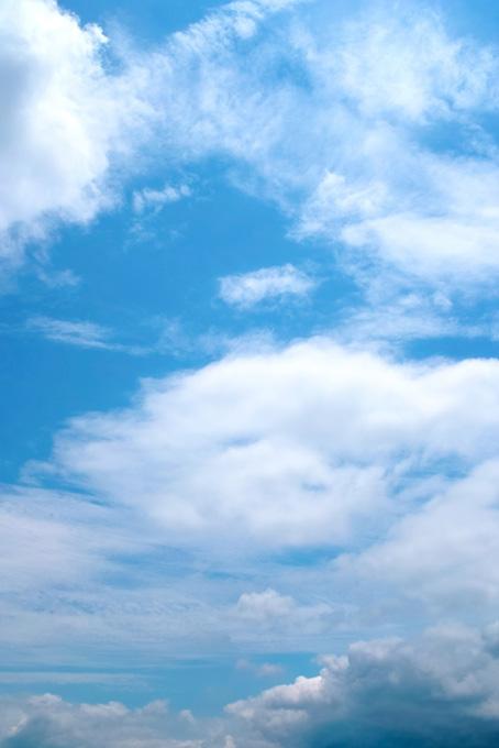 様々な雲が層をなす雄大な青空