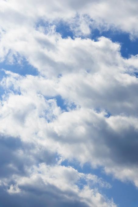 輝く雲が埋め尽くす青空